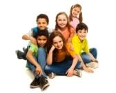 18255942-grupo-de-ninos-negros-y-caucasicos-sentado-felices-juntos-sonriendo-y-riendo