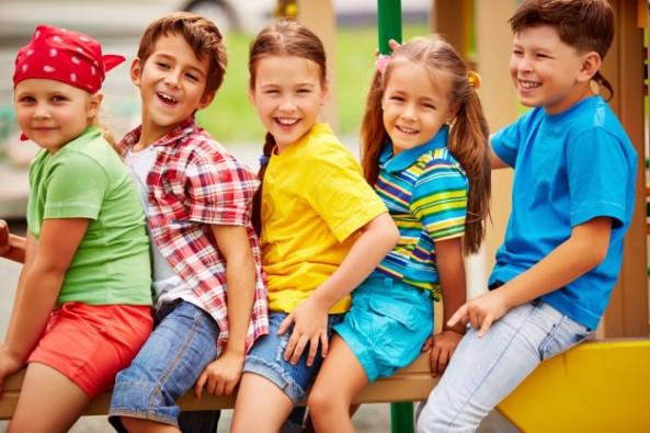 estudiantes-alegres-sentados-en-fila_1098-4008